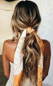 La queue de cheval accessoirisée d'un joli foulard