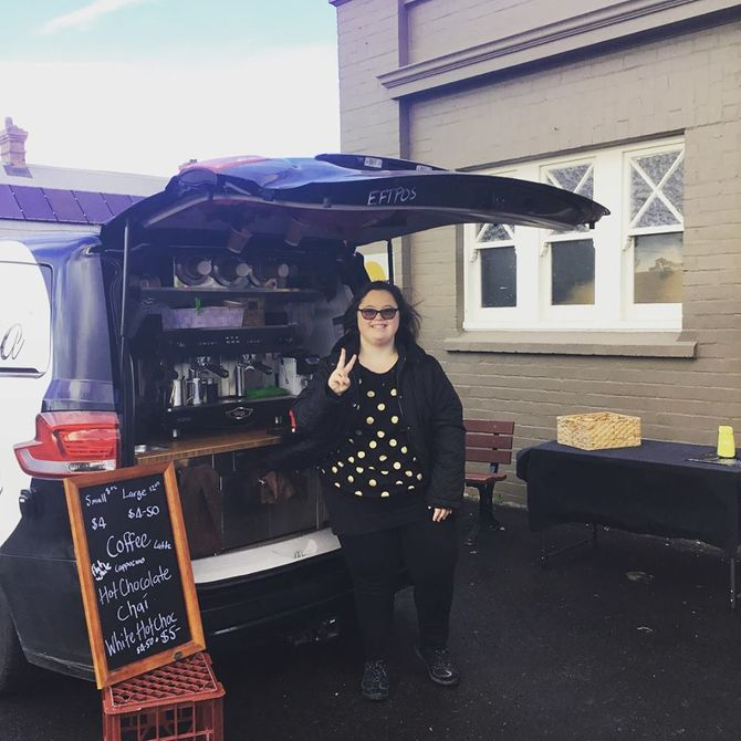 Cette maman ouvre un café mobile et prouve que sa fille trisomique est capable de tout !