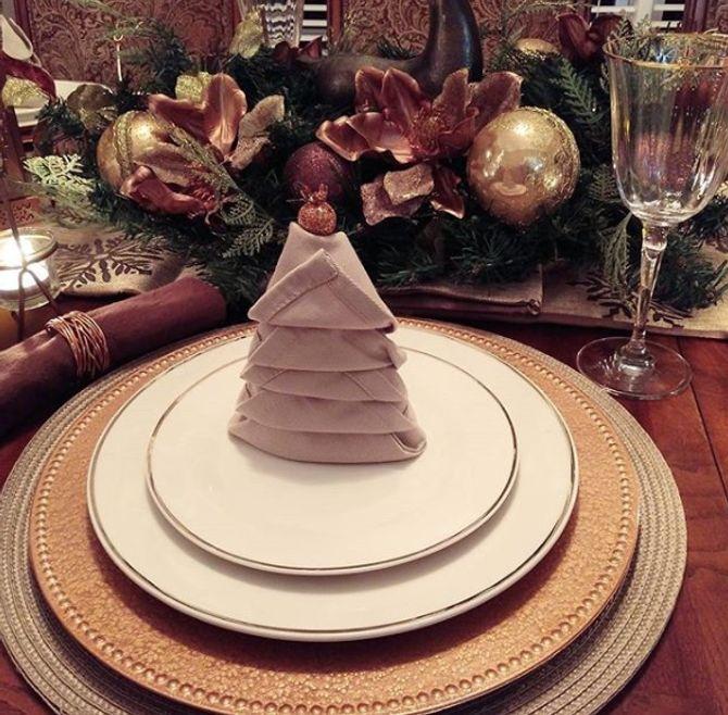 Une idée de pliage de serviette pour décorer sa table de fêtes