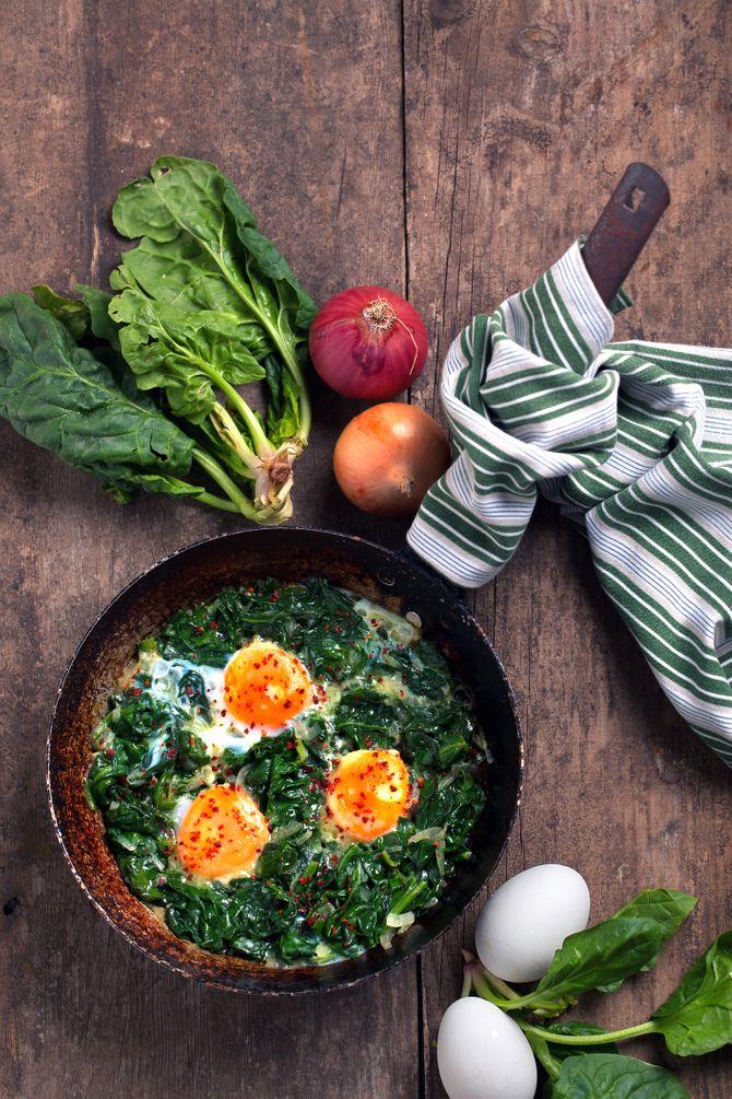 Epinards et protéines comme du jambon et des oeufs, un plat à IG bas