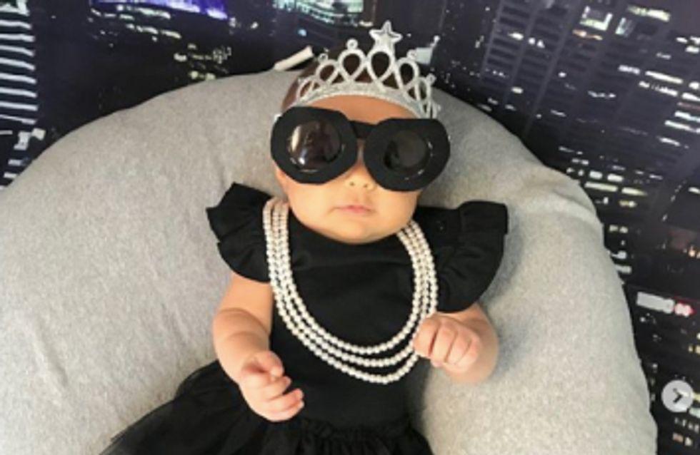 Cette maman habille son bébé comme les femmes les plus inspirantes et on craque totalement