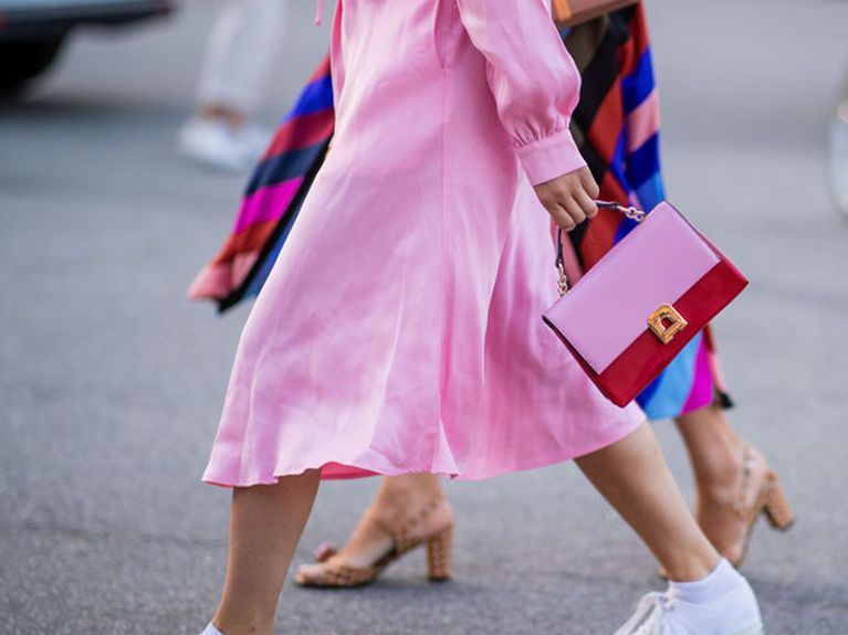 Sneaker zum Kleid kombinieren: So gelingen dir die Trend Looks!