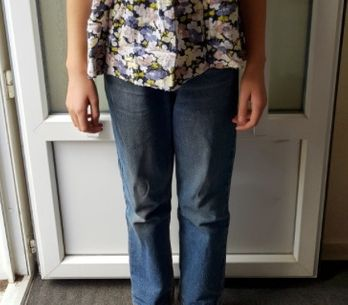 Une collégienne, obligée par son école à porter un vieux jean pour une raison sc
