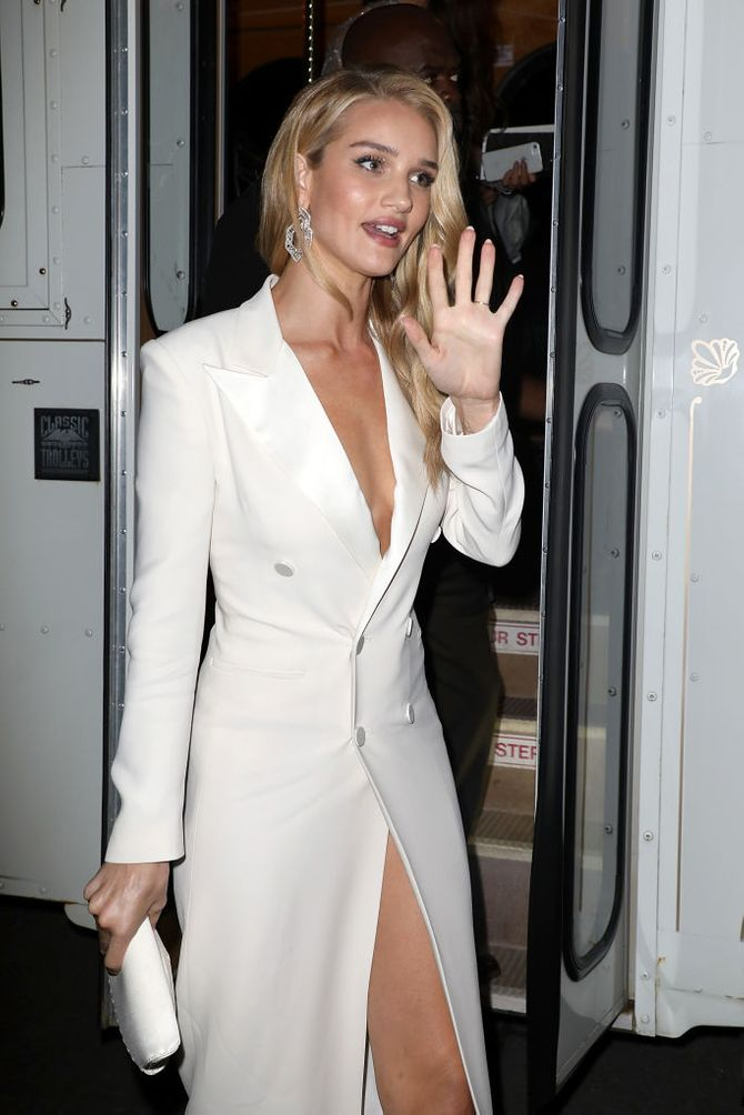 Rosie Huntington-Whiteley sublime en robe longue fendue au défilé Ralph Lauren