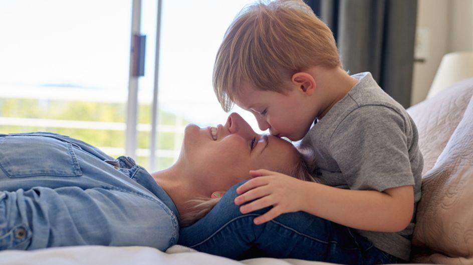 Ce petit garçon voit sa mère qui sort du coma et sa réaction est adorable