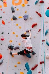 L'escalade en salle, un sport parmi les activités physiques de plus en plus pratiquées...