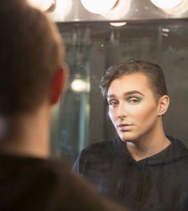 Un jeune homme se maquille pour aller au lycée et se fait exclure