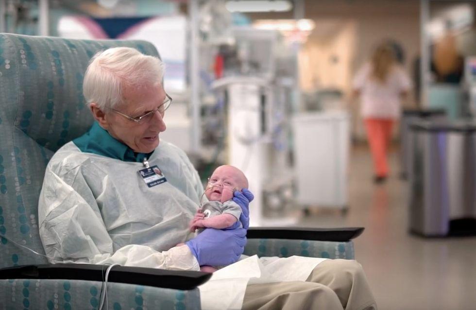 Ce qu'a fait ce généreux papy de 81 ans pour des bébés hospitalisés est incroyable ... et trop mignon