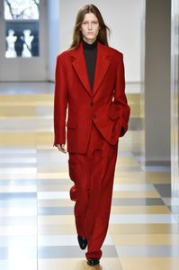 Roter Power Suit gesehen bei der Fashion Show von Jil Sander