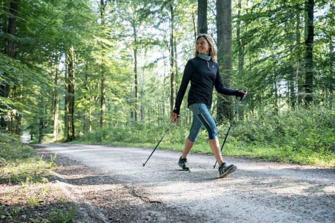 La marche nordique, une activité qui se pratique seule...