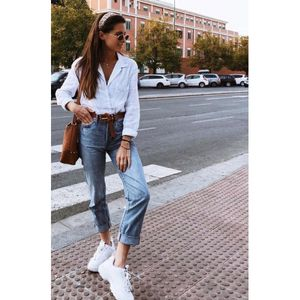 Mom jeans e chunky sneakers