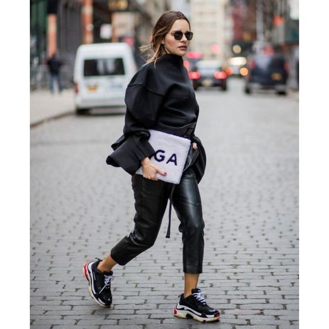 Look total black chunky sneakers