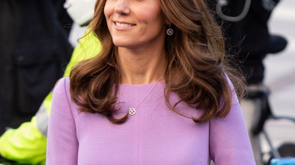 En robe lilas, Kate Middleton fait un retour pour le moins remarqué !