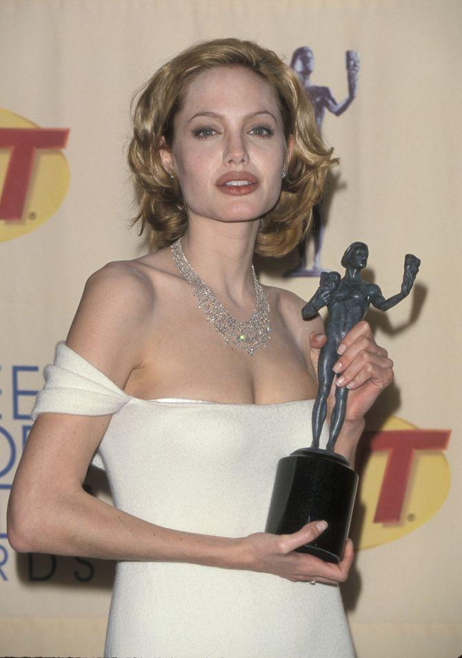 Angelina Jolie, blonde, elle est presque méconnaissable (photos)