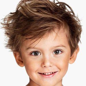 Adorable coupe décoiffée pour petit garçon