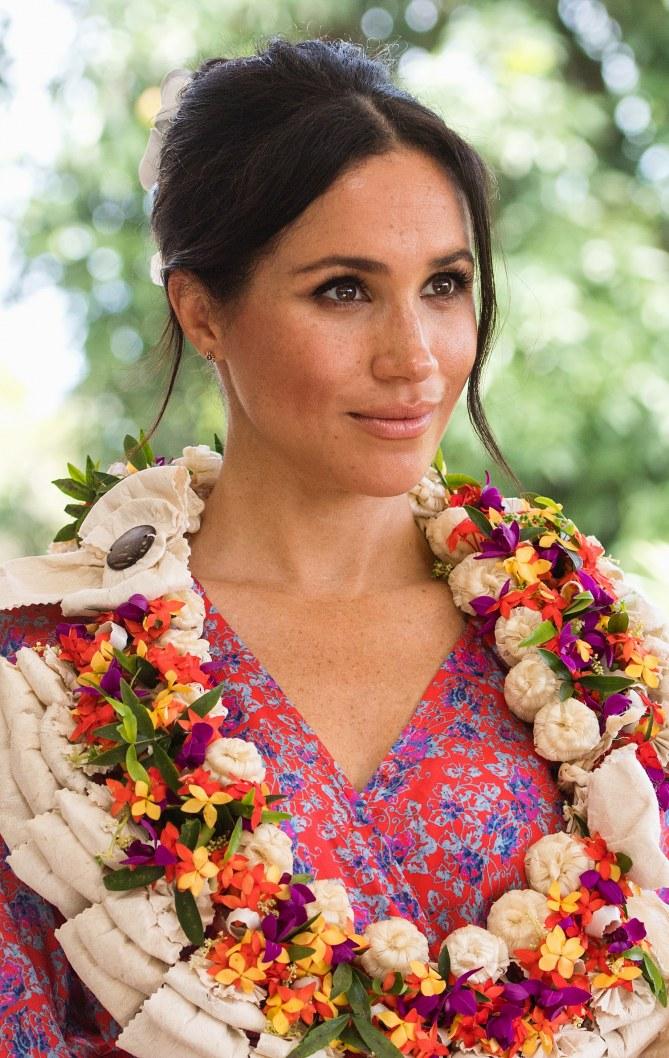 Les cheveux coiffés de fleurs, Meghan Markle rayonne aux Fidji