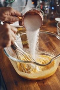 Pour un savoureux lait de poule, il faut ajouter du sucre. Et quoi d'autre ?