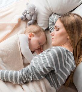 ¿Debería el bebé dormir solo o en la misma cama que los padres?