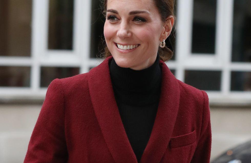 En mini-jupe bordeaux, Kate Middleton arbore un parfait look d'automne