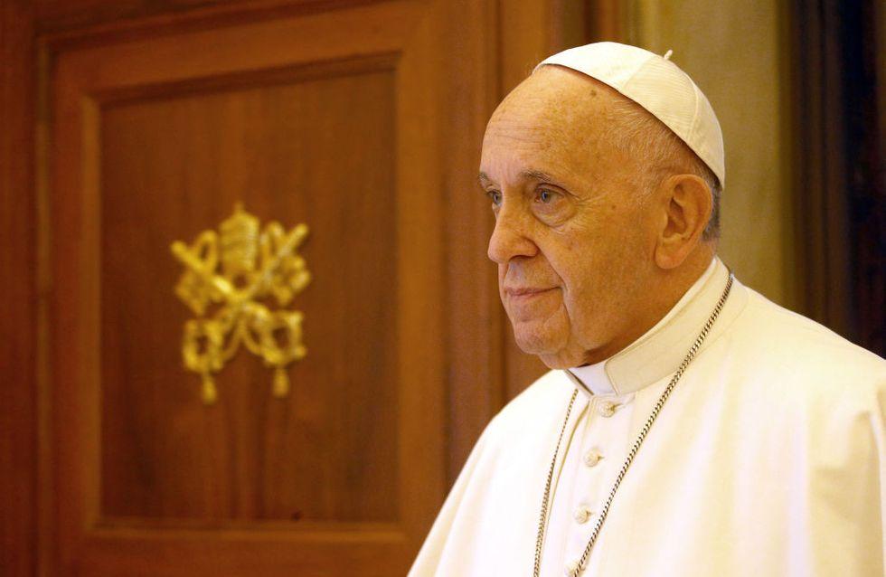 """""""Je vous demande pardon"""" : les excuses du pape face à une femme défigurée par son mari"""