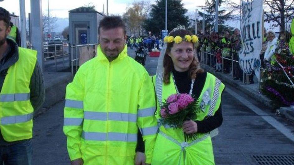 Deux Gilets jaunes se marient sur un blocage et émeuvent la Toile (photos)