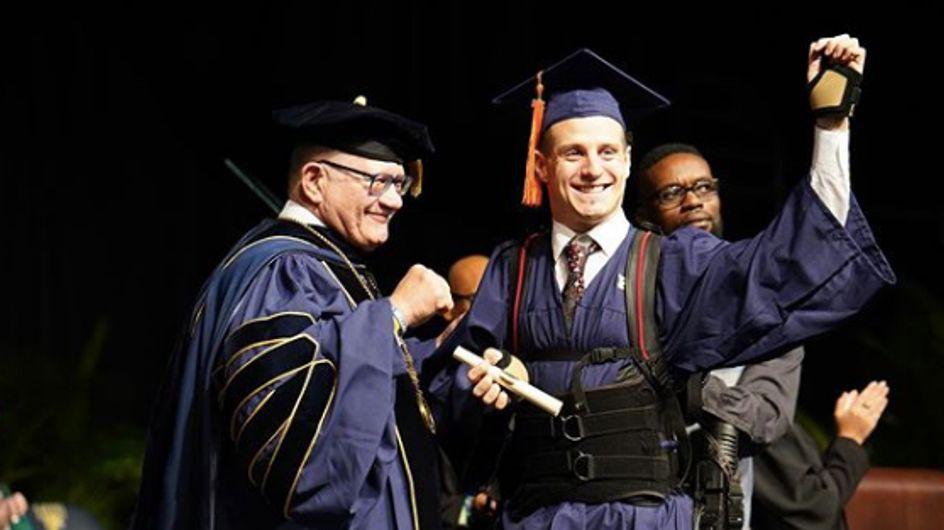 Tétraplégique, il se lève et marche pour aller chercher son diplôme