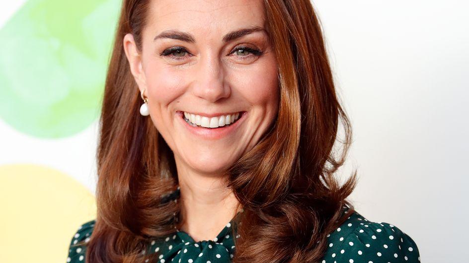 En robe midi à pois blancs, Kate Middleton nous offre un look rétro à souhait