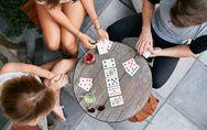 Los mejores juegos de cartas del momento para ratos muy divertidos