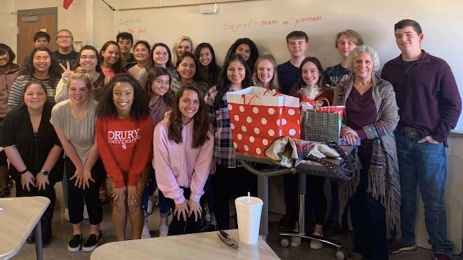 Parce que leur professeur passe Noël seule, ces élèves lui font une surprise touchante
