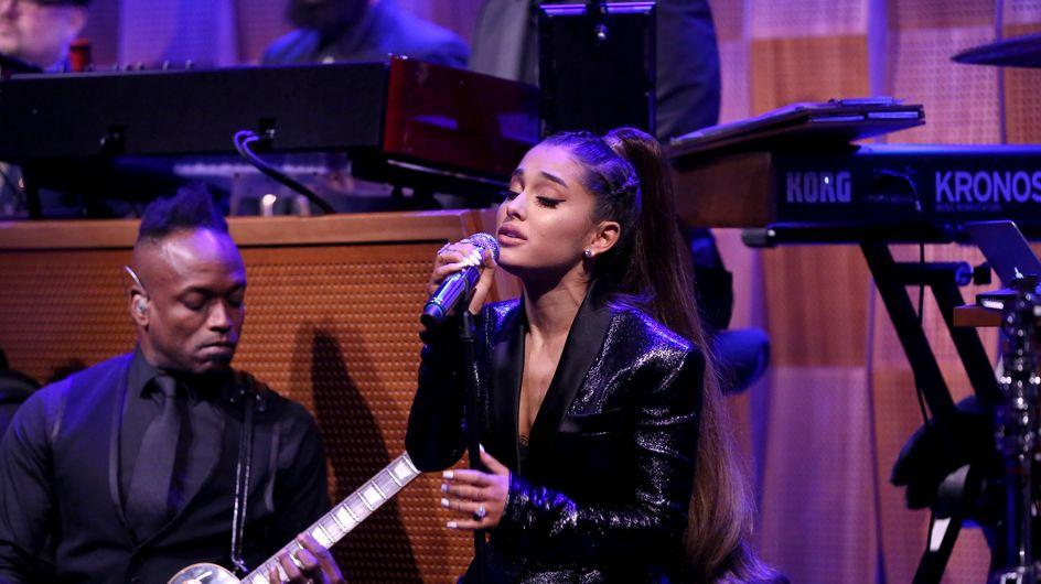Un acteur de Friends fait des commentaires sexistes sur Ariana Grande et crée l'indignation
