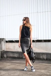 look falda de cuero negra con zapatillas