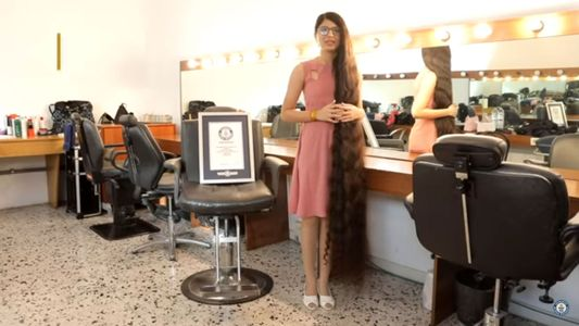 Cette adolescente détient le record des cheveux les plus longs du monde ! (photos)