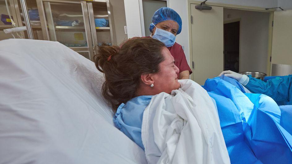 Elle accouche entourée de 30 personnes car son bébé est le premier de l'année