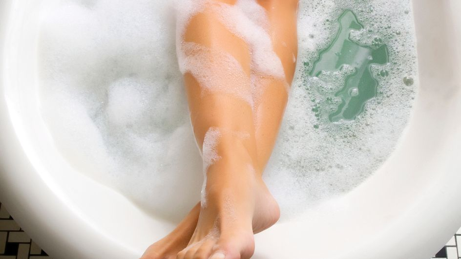 Diese 6 Fehler, die JEDER beim Baden macht, ruinieren deine Haut