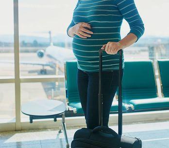 Viaggiare in aereo in gravidanza: fino a che mese si può prendere l'aereo?