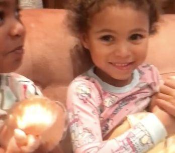 Sur les réseaux sociaux, la vidéo de ces deux petites filles en train d'allaite
