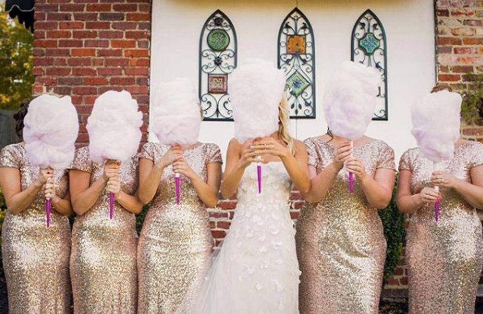 Ces mariées abandonnent le traditionnel bouquet de fleurs pour… une barbe à papa ! (Photos)