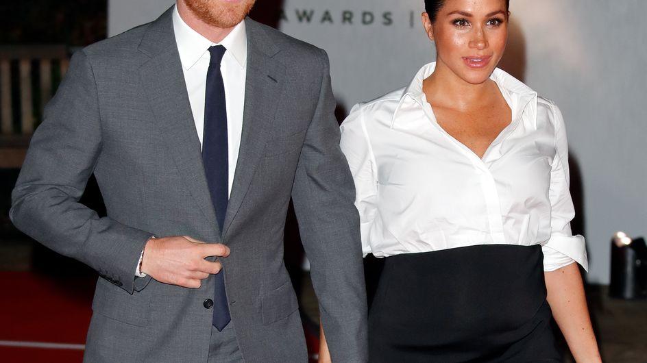 En jupe fendue et chemise blanche, Meghan Markle est sublime au bras d'Harry