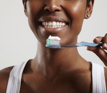 Cómo limpiar tus dientes para presumir de una sonrisa sana