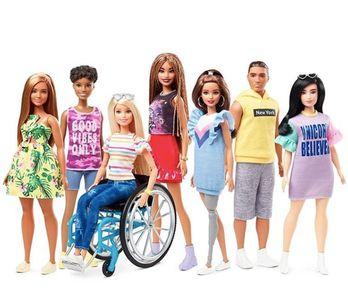 Dorénavant, la poupée Barbie® est en fauteuil roulant et porte même une prothèse