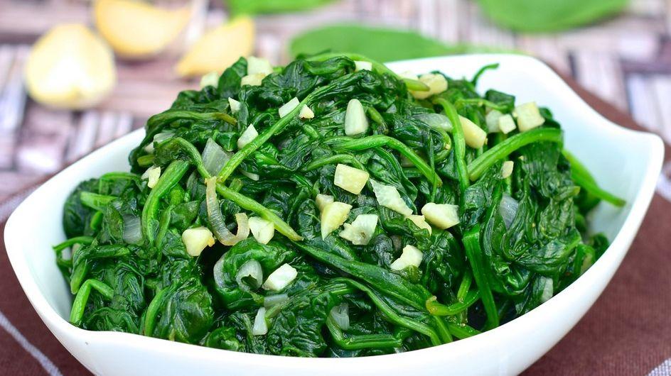 Spinaci in padella: la ricetta per un contorno light e tante varianti gustose!