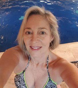 A 64 ans, elle montre qu'on peut être fière de son corps à tout âge, et on adore