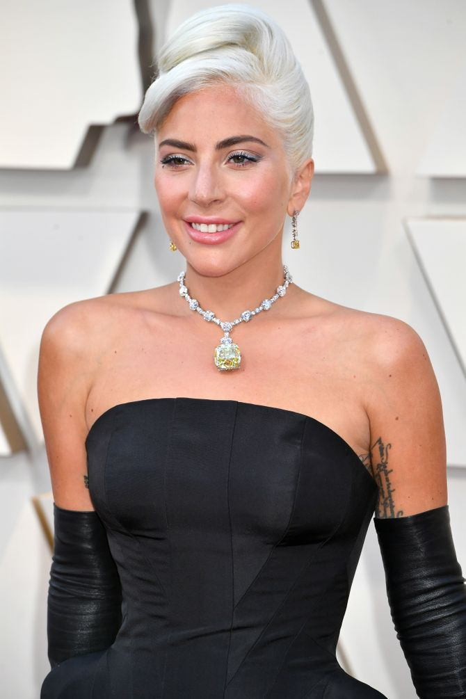 Lady Gaga, parfait sosie d'Audrey Hepburn aux Oscars 2019 (Photos)