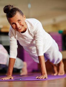 On peut débuter le yoga à tout âge ! Suivez notre guide...