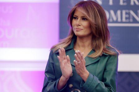 Melania Trump, sublime dans un manteau en cuir vert… Qui fait polémique (photos)