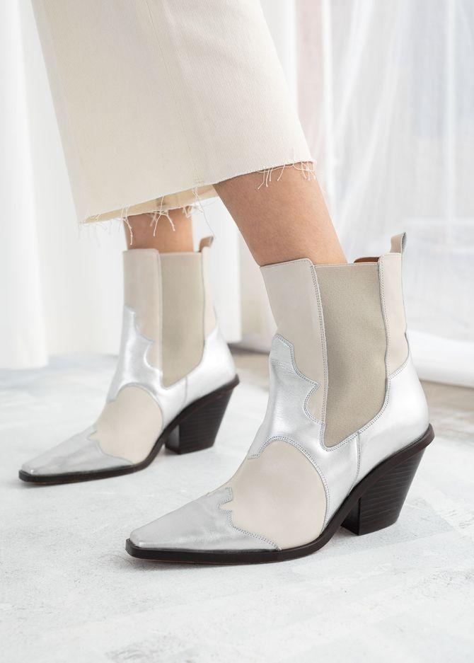 Boots style santiags mastic et argent, talon biseauté, 145 €