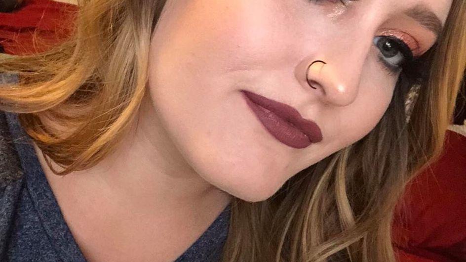 Elle utilise une poudre Huda Beauty et se retrouve avec le visage violet (Photos)