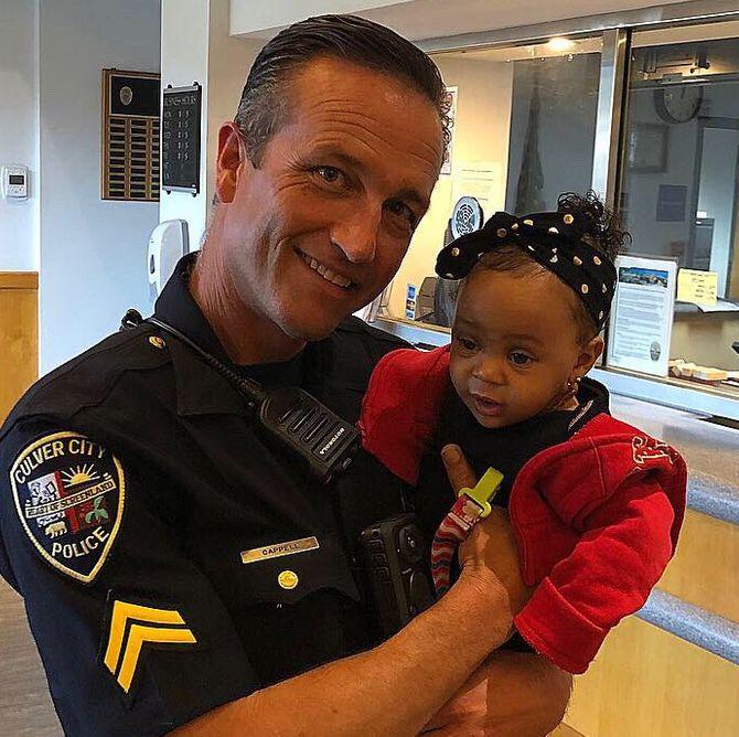 Ce policier sauve un bébé en train de s'étouffer et devient un héros