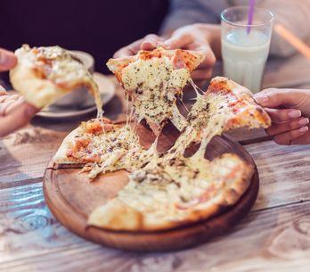 Un chef crée une pizza 154 fromages et bat son propre record !