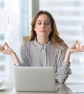 Ooom im Büro! Mit diesen Yoga-Übungen vertreibst du Stress & Verspannungen